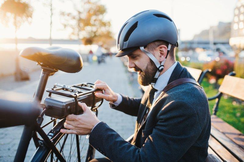 мъж с електрически велосипед